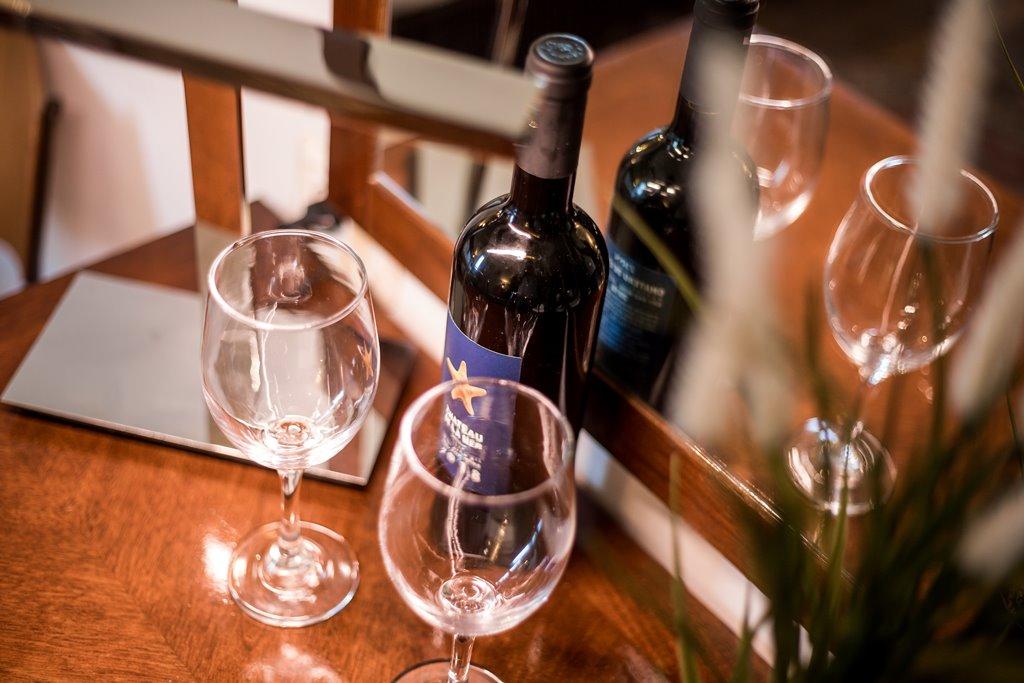 בקבוק יין ושתי כוסות