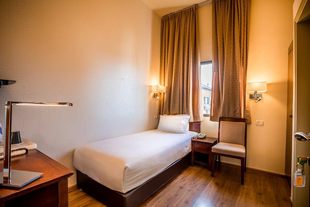 מיטת יחיד בחדר